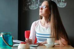 Девушка в кафе для чашки кофе с тетрадью Стоковая Фотография RF