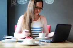 Девушка в кафе для чашки кофе с тетрадью Стоковые Фото