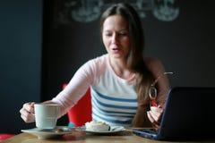 Девушка в кафе для чашки кофе с тетрадью Стоковое фото RF