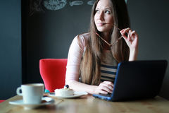 Девушка в кафе для чашки кофе с тетрадью Стоковые Изображения RF