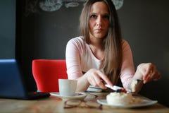 Девушка в кафе для чашки кофе с тетрадью Стоковое Изображение RF