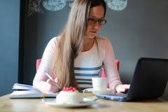 Девушка в кафе для чашки кофе с тетрадью Стоковое Фото