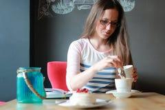 Девушка в кафе для чашки кофе с тетрадью Стоковая Фотография