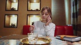 Девушка в кафе сток-видео