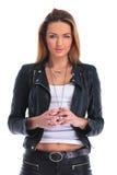 Девушка в кожаной куртке представляя в белой предпосылке студии пока t Стоковая Фотография RF