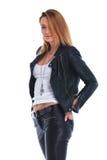 Девушка в кожаной куртке представляя в белой предпосылке студии с ha Стоковое Фото