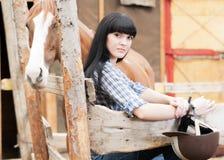 Девушка в конюшнях стоковое изображение rf