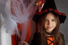 Девушка в костюме и сети паука хеллоуина стоковая фотография
