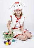 Девушка в костюме кролика с корзиной пасхальных яя Стоковые Фото