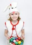 Девушка в костюме кролика с корзиной пасхальных яя Стоковое Изображение RF