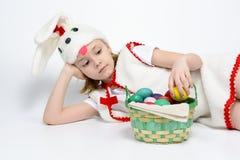 Девушка в костюме кролика с корзиной пасхальных яя Стоковая Фотография RF