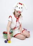Девушка в костюме кролика с корзиной пасхальных яя Стоковое Изображение