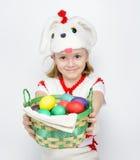 Девушка в костюме кролика с корзиной пасхальных яя Стоковое фото RF