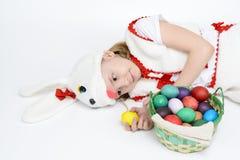 Девушка в костюме кролика с корзиной пасхальных яя Стоковая Фотография