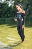 Девушка в костюме swimrun outdoors Стоковые Фотографии RF