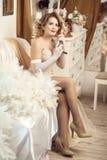 Девушка в красивом платье говорит на старом телефоне стоковые фотографии rf