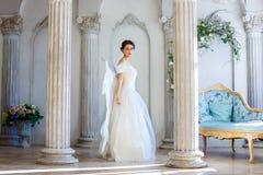 Девушка в красивом платье и белых крылах ангела воодушевляет Стоковые Изображения