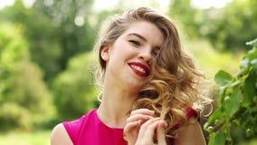 Девушка в красном поцелуе платья сток-видео