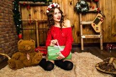 Девушка в красном подарке рождества отверстия свитера Новый Год принципиальной схемы Стоковое фото RF
