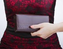 Девушка в красном платье держа портмоне Стоковое фото RF