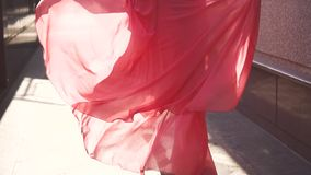 Девушка в красном платье идя вниз с улицы в заходящем солнце Взгляд от задней части движение медленное акции видеоматериалы