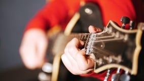 Девушка в красном свитере играет электрическую гитару сток-видео