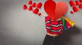 Девушка в красном striped свитере с хозяйственными сумками стоковые фотографии rf