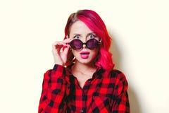 Девушка в красных рубашке и солнечных очках тартана стоковое фото