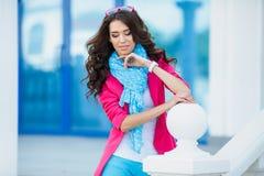 Девушка в красочном платье против пасмурного ландшафта Стоковое фото RF
