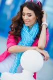 Девушка в красочном платье против пасмурного ландшафта Стоковая Фотография RF