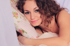 Девушка в кровати Стоковое Изображение