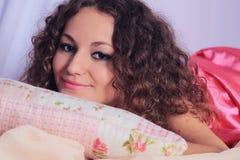 Девушка в кровати Стоковое фото RF