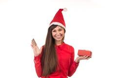 Девушка в крышке рождества держит кредитную карточку и подарочную коробку Стоковое Изображение