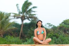 Девушка в купальнике представляя на пляже Шри-Ланка изумляя девушка в белом купальнике с красивым телом спорт идя и представлять стоковая фотография rf