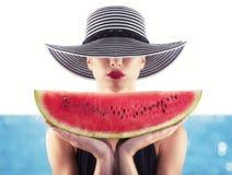 Девушка в купальнике с красным арбузом в руке стоковые фото