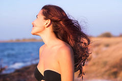 Девушка в купальнике усмехаясь на предпосылке моря Стоковые Изображения