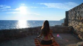 Девушка в купальном костюме начиная раздумье перед морем и солнцем сток-видео