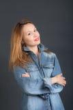 Девушка в куртке джинсовой ткани Стоковое фото RF