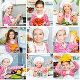 Девушка в кухне подготавливая еду Стоковые Фотографии RF