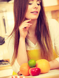 Девушка в кухне Стоковое Фото