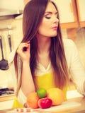 Девушка в кухне Стоковое фото RF