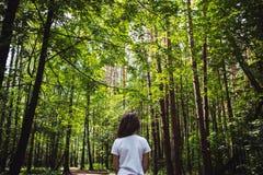 Девушка в лесе лета, предпосылке природы Стоковые Фото