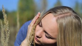 Девушка в лесе с ушами травы видеоматериал