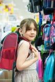 Девушка в магазине выбирая портфель Стоковые Фотографии RF