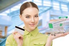 Девушка в магазине megamole ходит по магазинам Модель женщины с кредитом c стоковое фото
