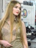 Девушка в макияже перед портретом зеркала стоковая фотография