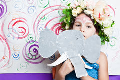 Девушка в маске бумаги слона Стоковое Фото
