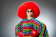 Девушка в мексиканских ярких перчатках плащпалаты и коробки стоковое фото