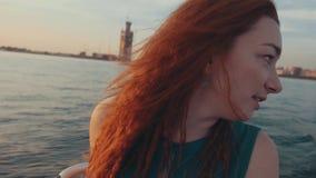 Девушка в моторной лодке кормила платья бирюзы за валами 2 захода солнца лета сосенки стоящими романтично Ландшафт видеоматериал