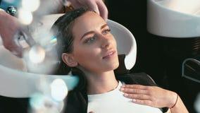 Девушка в мытье салона красоты голова сток-видео